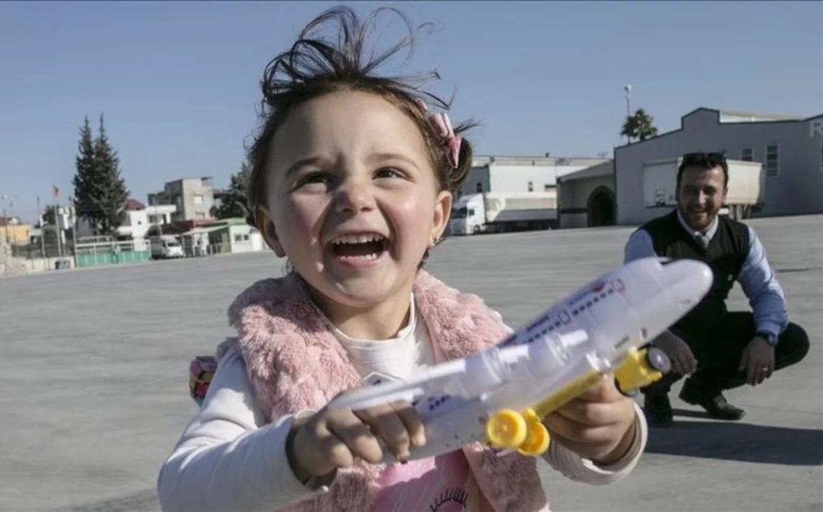 La niña a la que su padre enseñó a reírse de las bombas y se hizo viral logró escapar de la guerra en Siria
