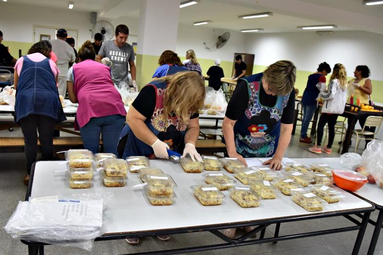 Educación reparte viandas en domicilios de alumnos que habitualmente almuerzan en los comedores