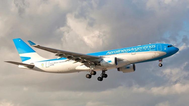 Un hombre de 70 años ocultó que tenía síntomas para subir a un avión que salió de Madrid: se descompuso en pleno vuelo y llegó muy grave