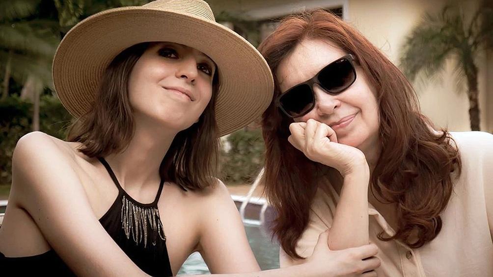 Cristina Kirchner vuelve de Cuba junto a su hija Florencia