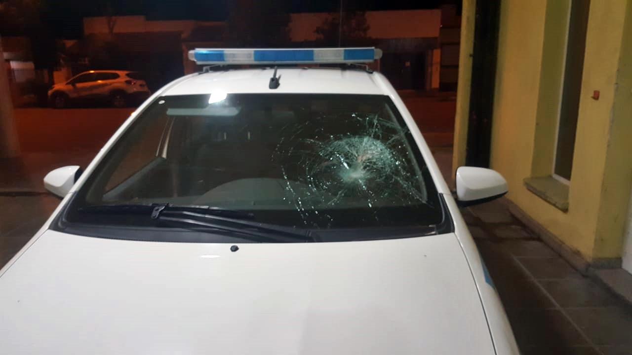 Tres detenidos por agredir a policías y romper patrullero de comisaría segunda mientras violaban el aislamiento obligatorio
