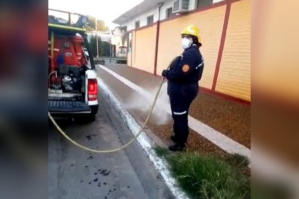 """Bomberos Voluntarios de Eduardo Castex desinfectan calles y veredas de la localidad: """"Es una medida que adoptaron para cuidarnos a todos"""""""