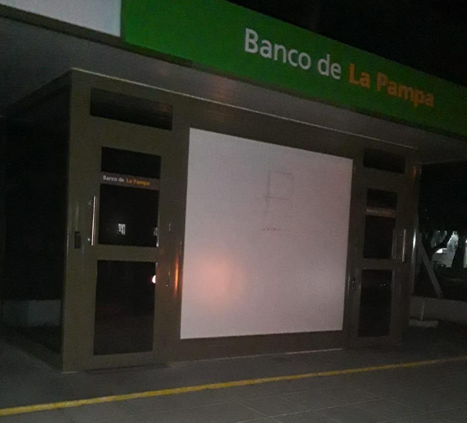 Advierten falta de iluminación en un cajero automático