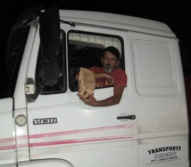 Excelente iniciativa solidaria de mujeres pampeanas que preparan tortas fritas para camioneros que paran en una estación de servicio