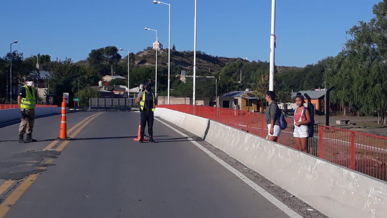 Vecinos de la localidad pampeana de La Adela pueden cruzar el puente y comprar en supermercados de Río Colorado