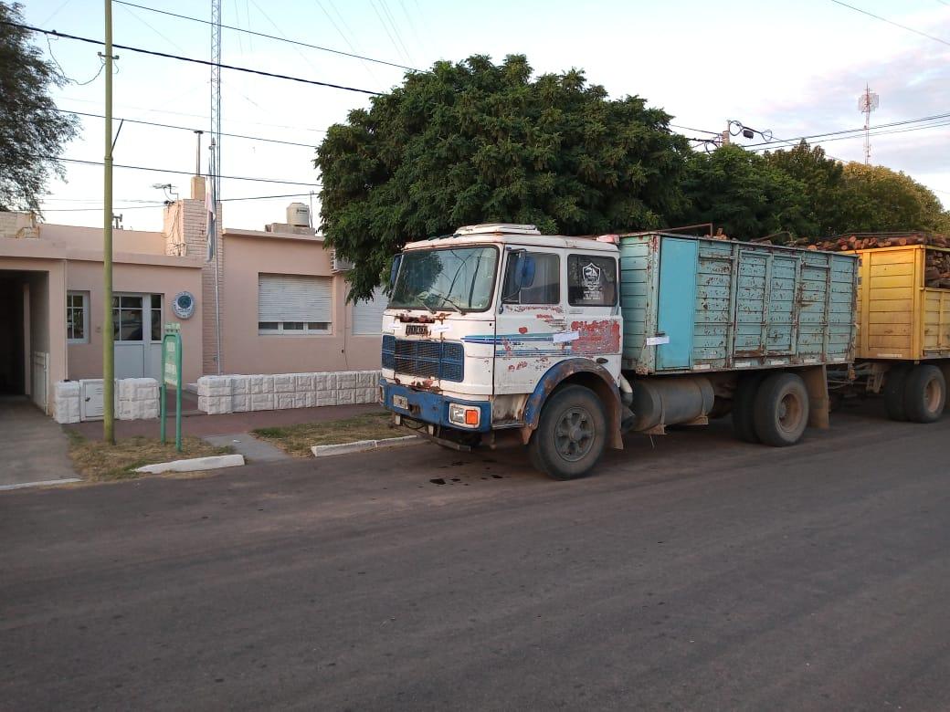 Retienen y decomisan en Pichi Huinca un camión cargado con leña por infracción a la ley Provincial de Bosques