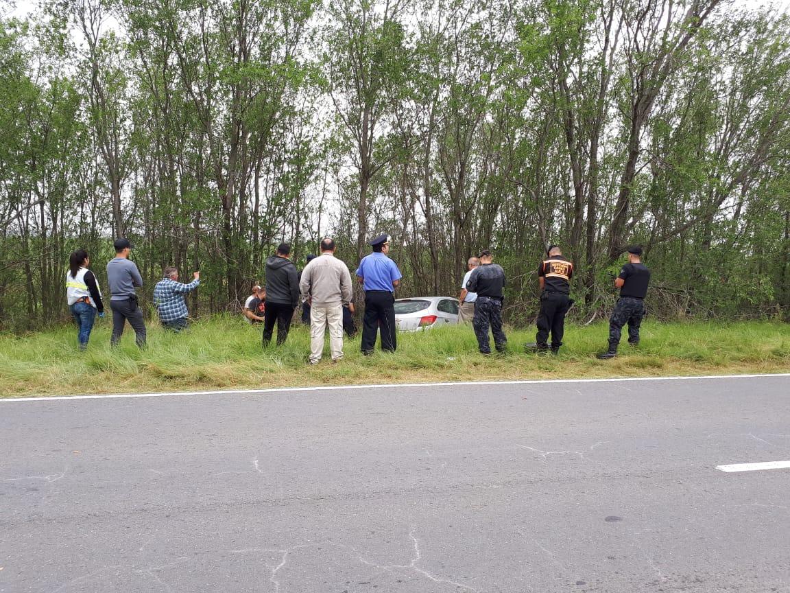 Viajaban en un auto robado, evadieron un control policial, se dieron a la fuga y lo abandonaron en la ruta