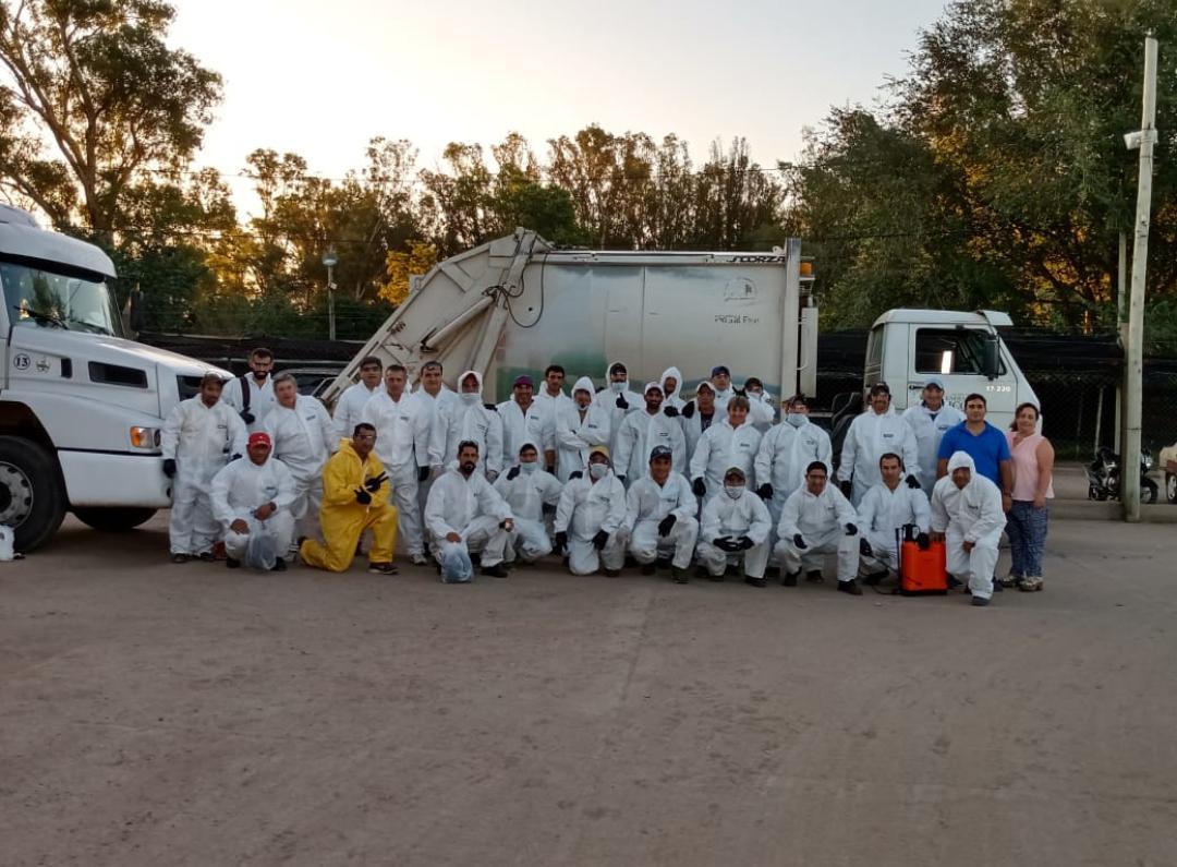 Trabajadores de la recolección de residuos continúan trabajando, pero con indumentaria acorde a la situación