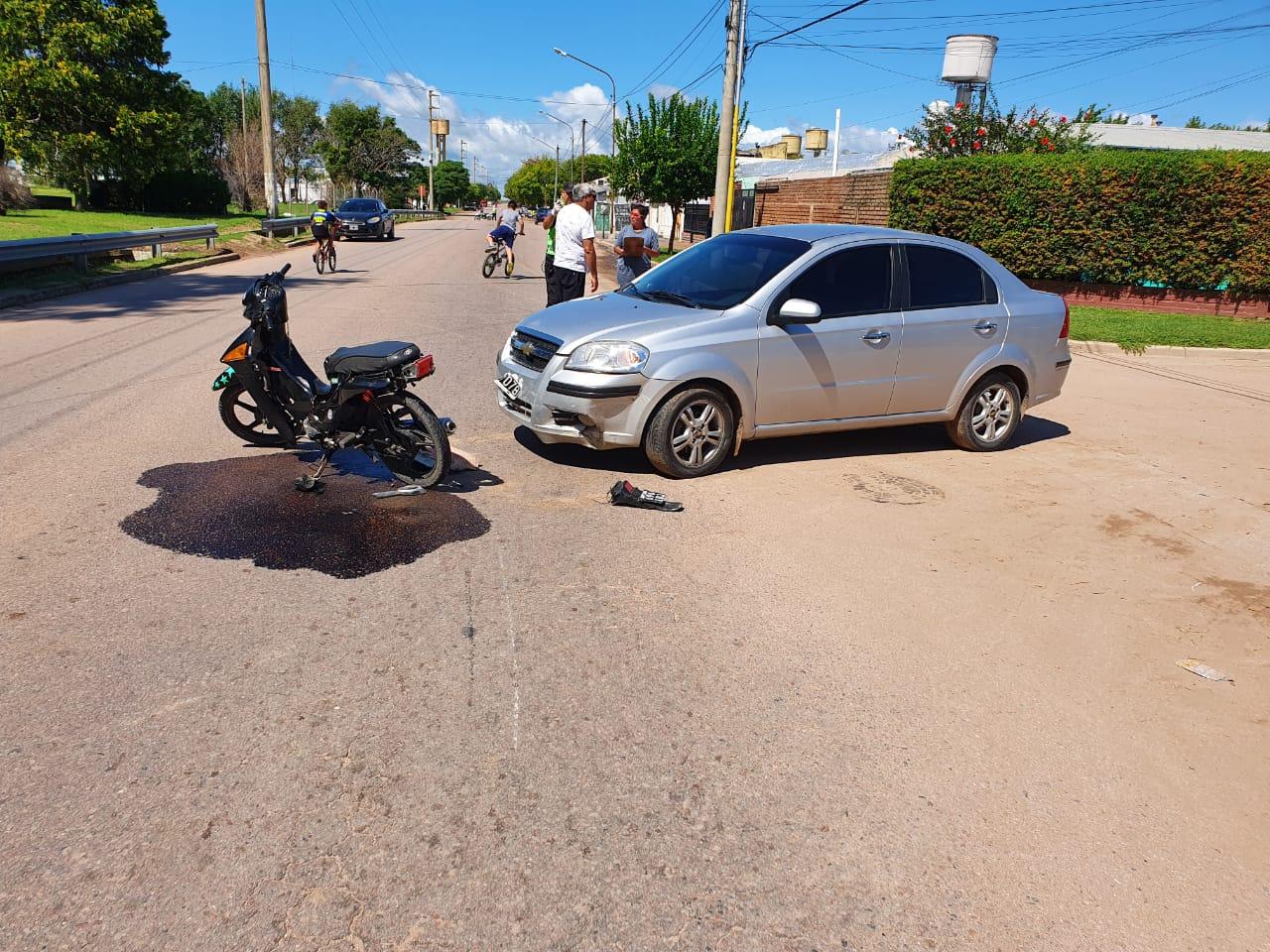 Choque entre auto y moto: Trasladan dos menores de 17 y 13 años  al hospital