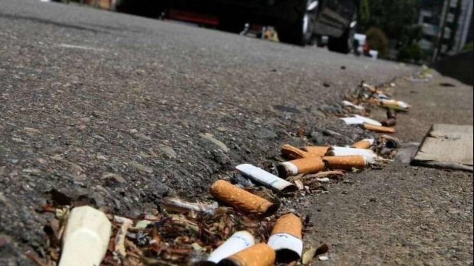 En la Ciudad de Buenos Aires quieren multar a quienes arrojan colillas de cigarrillos en la vía pública