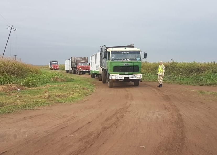 Retienen un convoy de equipos de maquinarias y camiones en el puesto caminero de Trebolares