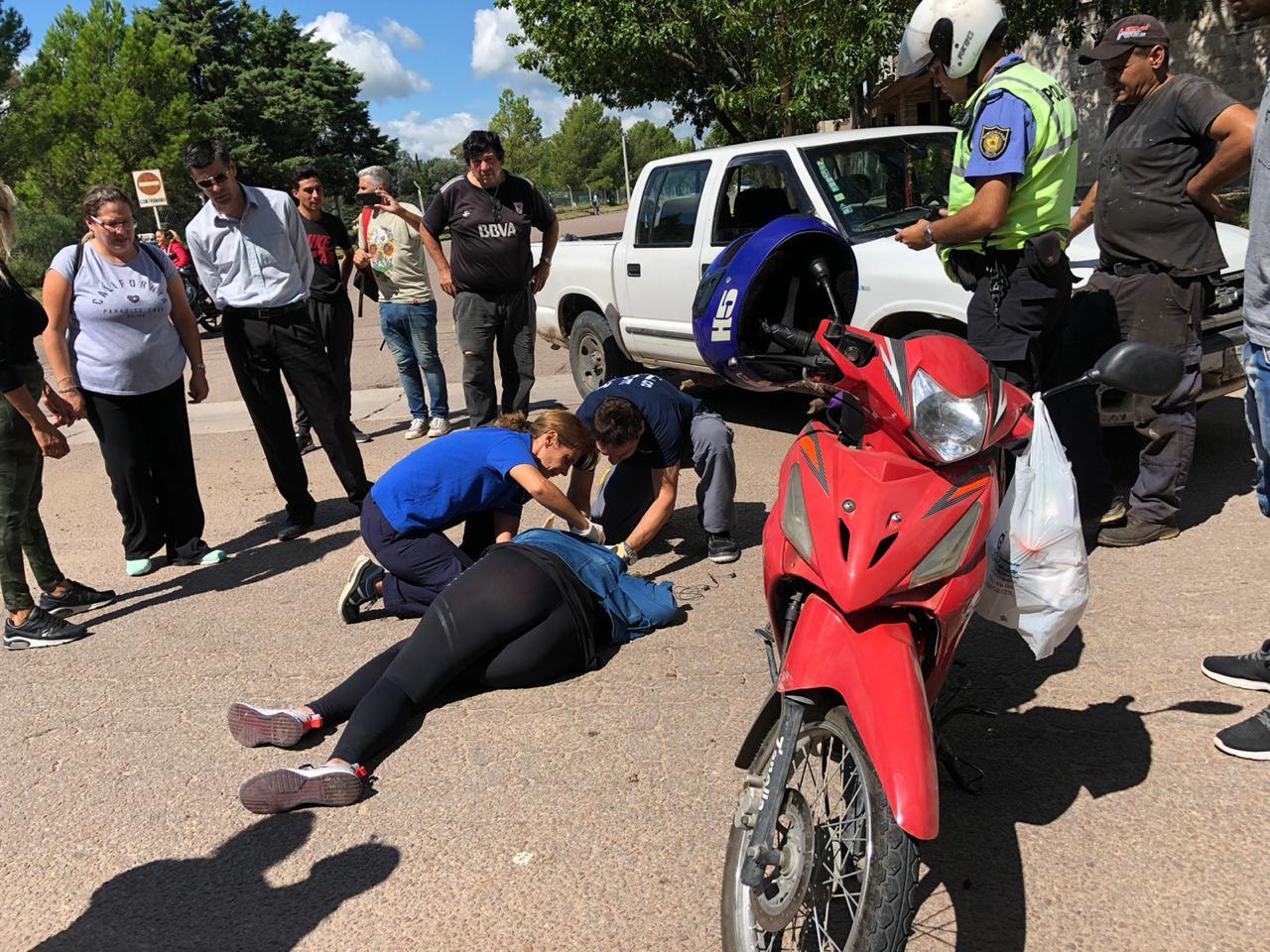 Chocaron una camioneta y una moto: Una mujer sufrió fractura expuesta
