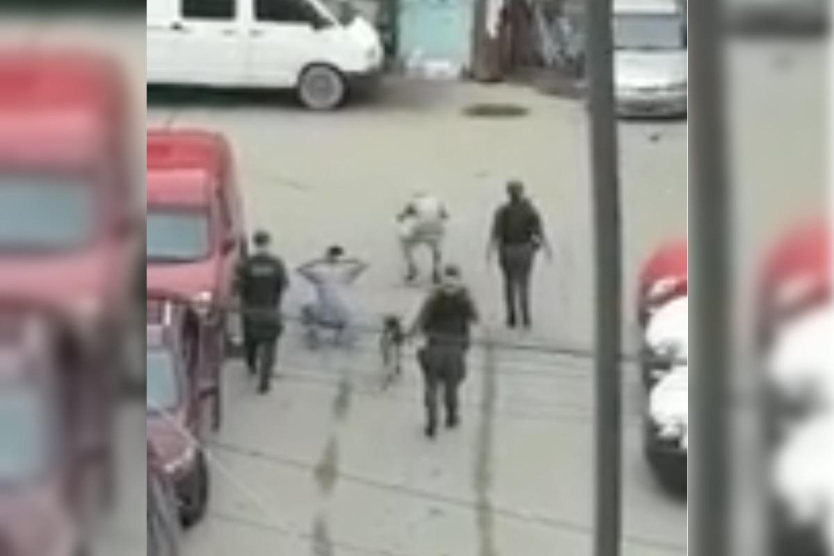 """Coronavirus en Argentina: separan a tres gendarmes por """"bailar"""" a dos jóvenes que no cumplían con la cuarentena"""