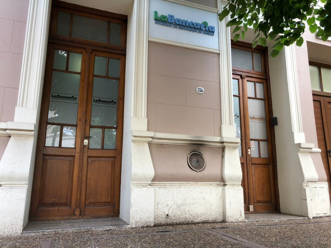 """Desde La Bancaria piden """"racionalidad"""" y """"no agolparse"""" en las puertas de los bancos"""