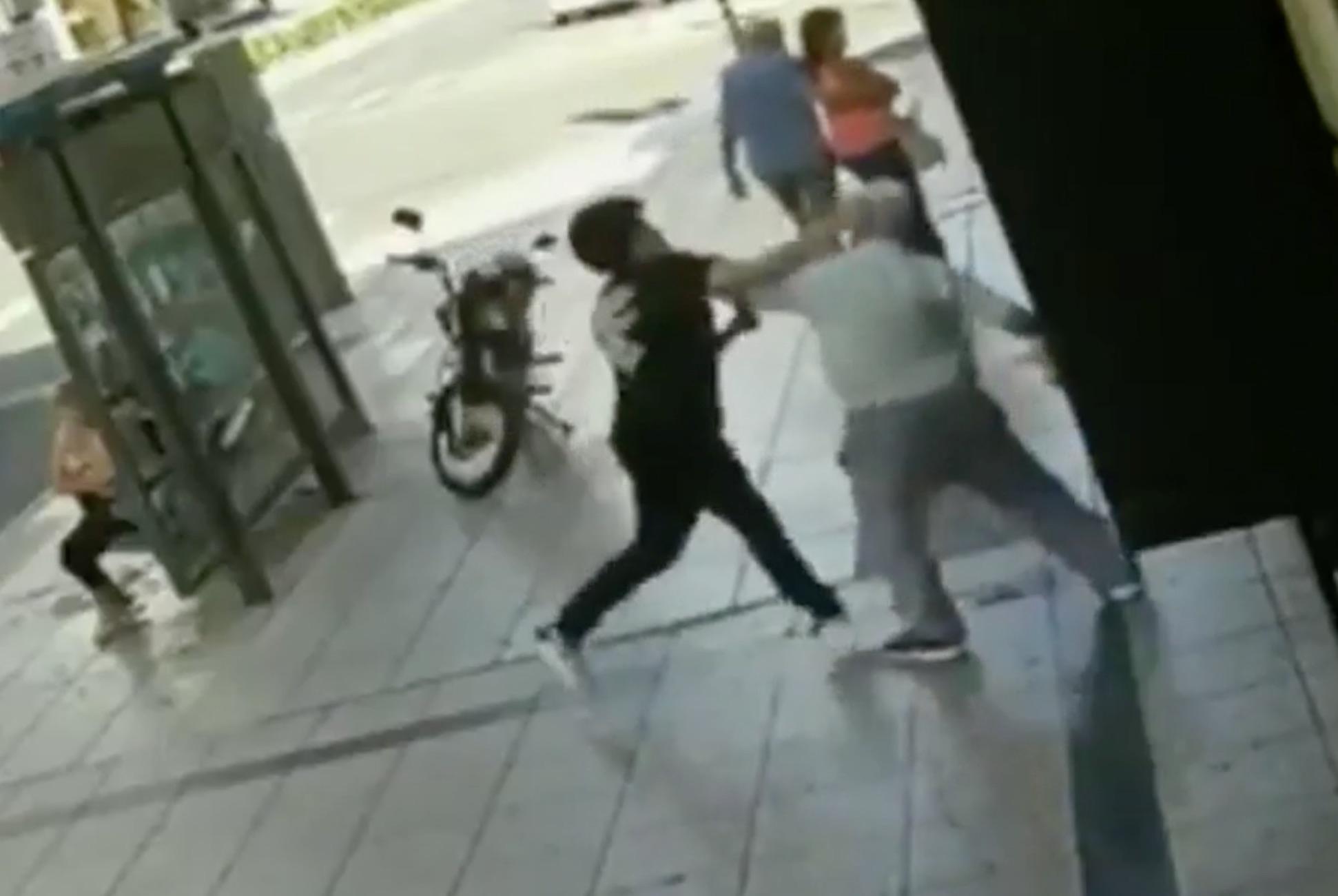 (VIDEO) Violenta pelea en Rosario: le pegó a un anciano, pero otro hombre lo vio y lo desmayó a trompadas