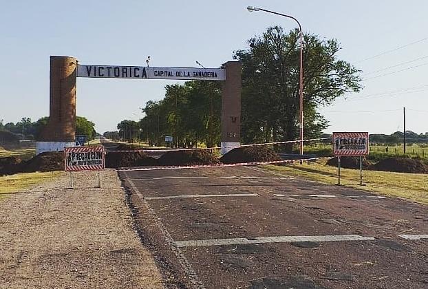 Victorica, localidad del oeste pampeano, bloqueó uno de los accesos al pueblo con toneladas de tierra