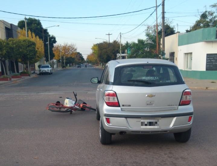 Accidente entre auto y bicicleta en calle 10 y 25: Una ciclista fue hospitalizada