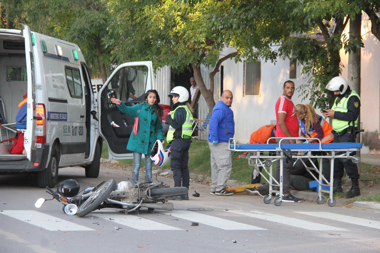 Choque entre motos en calle 10 y 115: Una mujer fue hospitalizada con lesiones