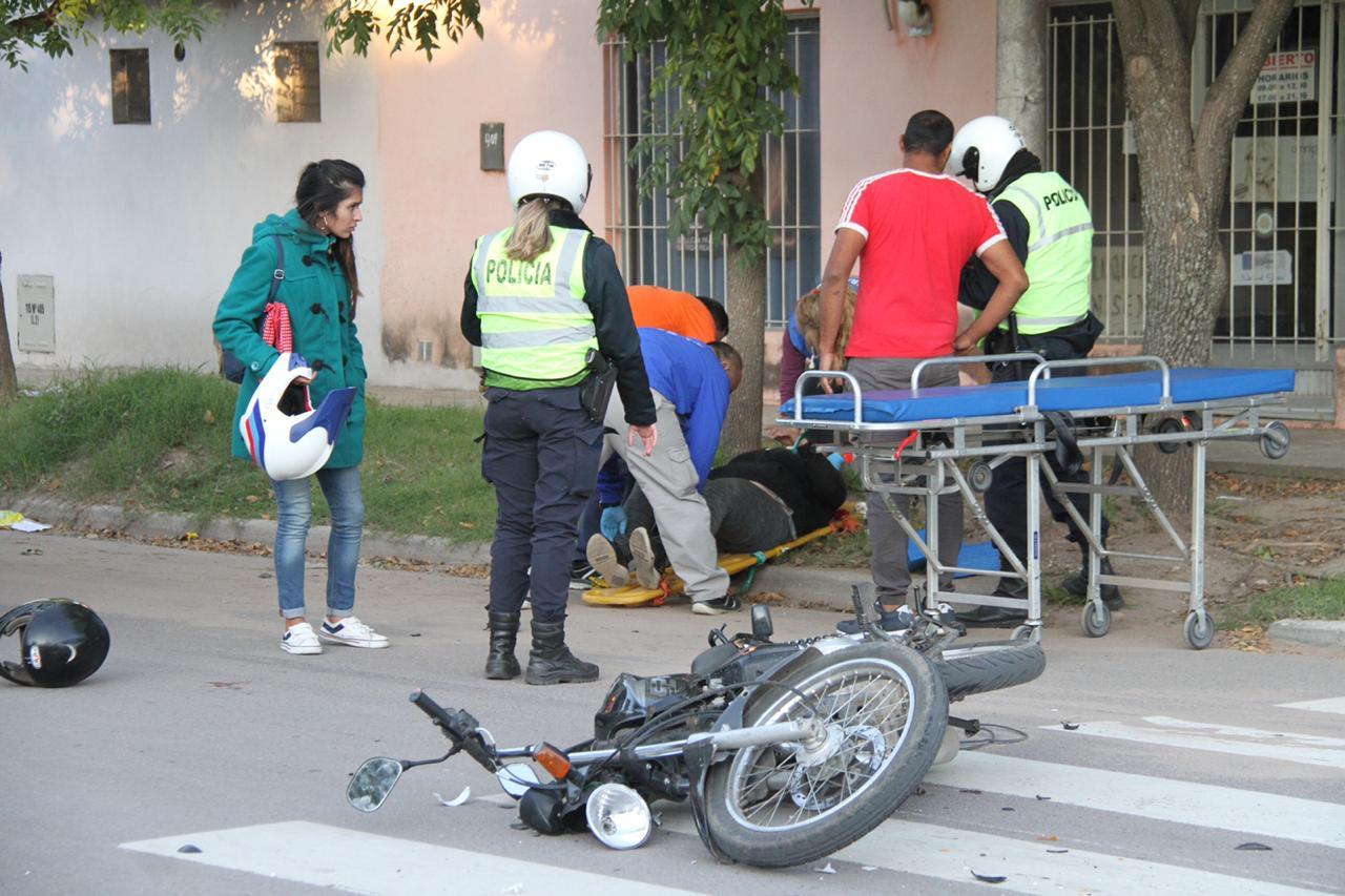 Choque de motos en 10 y 115: Una de las mujeres resultó con fractura de muñeca y será intervenida quirúrgicamente