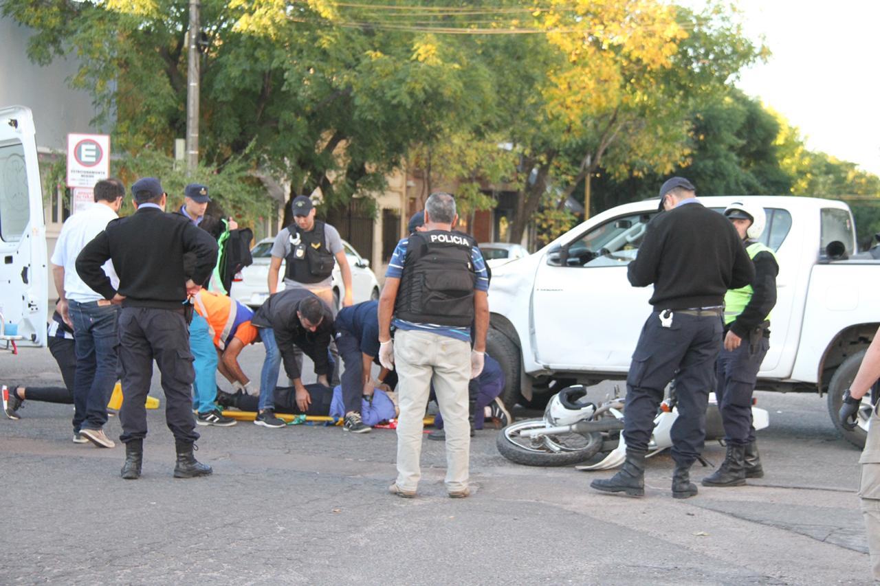 Policía venía en persecución de una moto y terminó chocando contra una camioneta