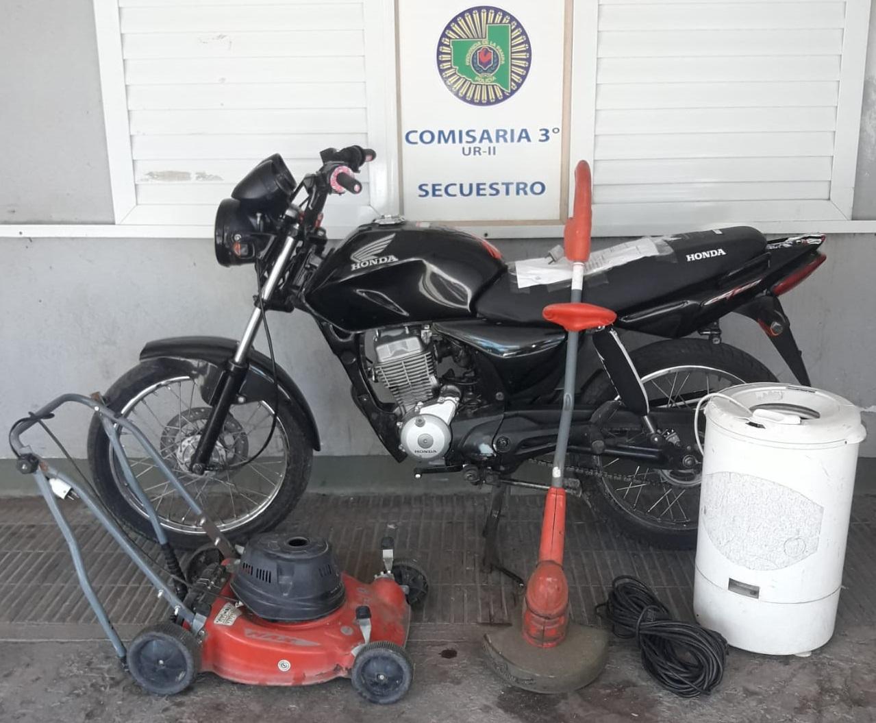 Personal de Comisaría Tercera recuperó una moto y distintos elementos esclareciendo tres robos ocurridos durante el fin de semana