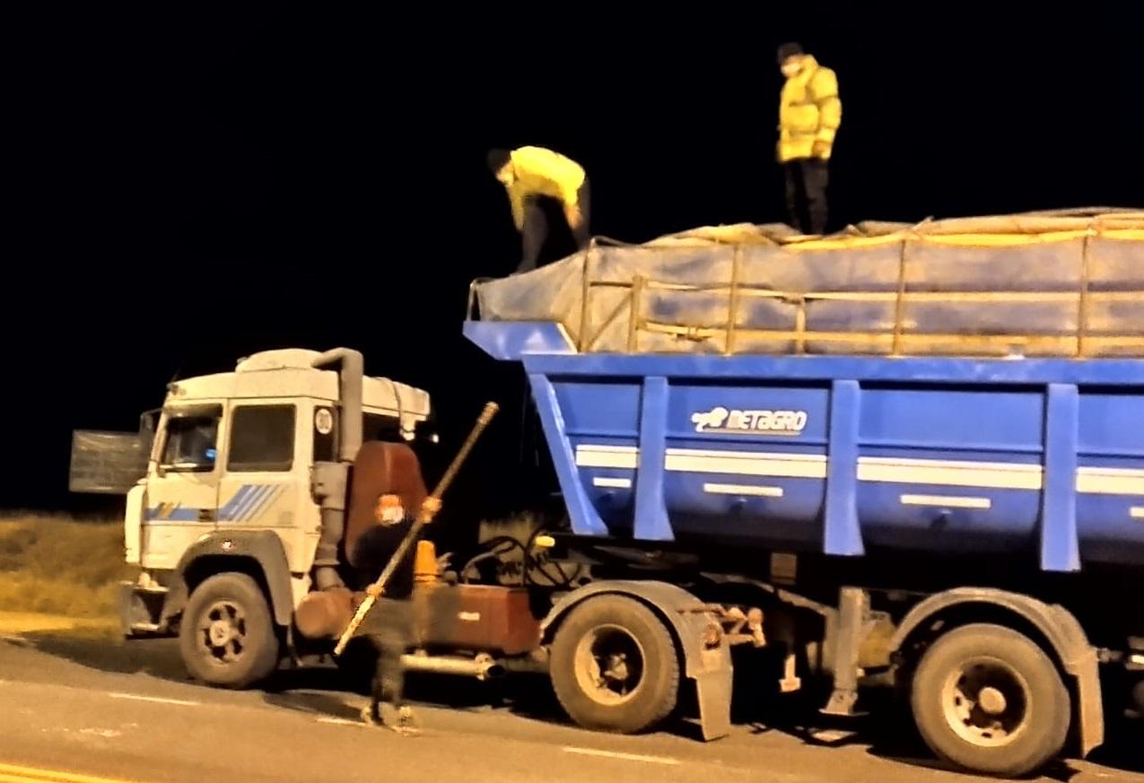 Policía de La Pampa secuestró una carga irregular de maíz transportada en un convoy de camiones en el puesto caminero de Casa de Piedra
