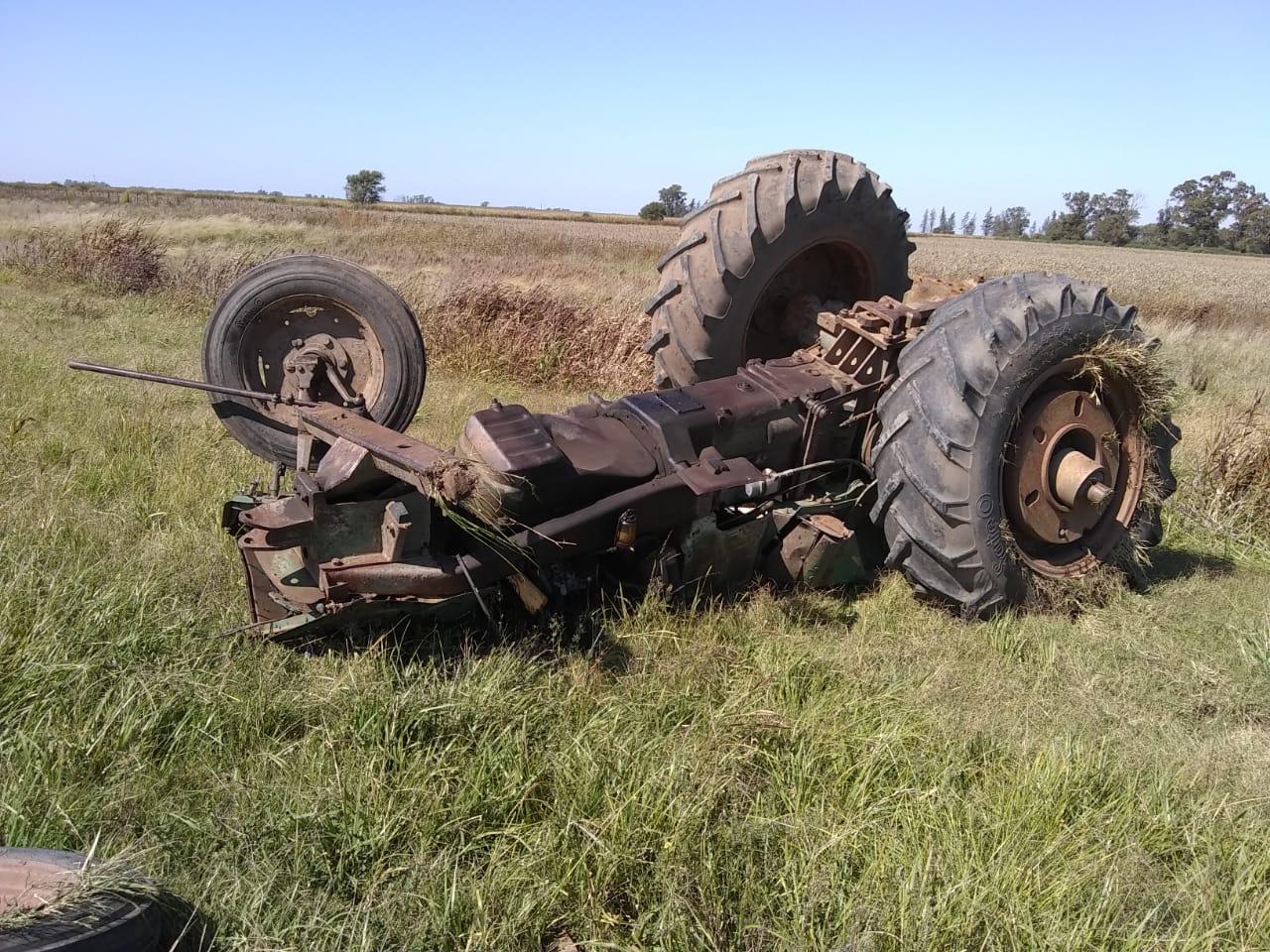 Volcó un carretón que transportaba un tractor frente al acceso a Hilario Lagos
