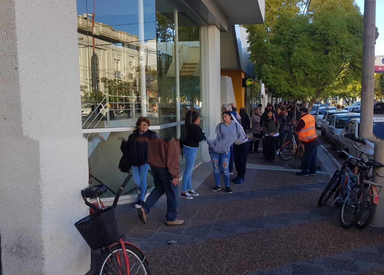 Los bancos abrirán sábado y domingo tras las largas filas para cobrar jubilaciones y AUH