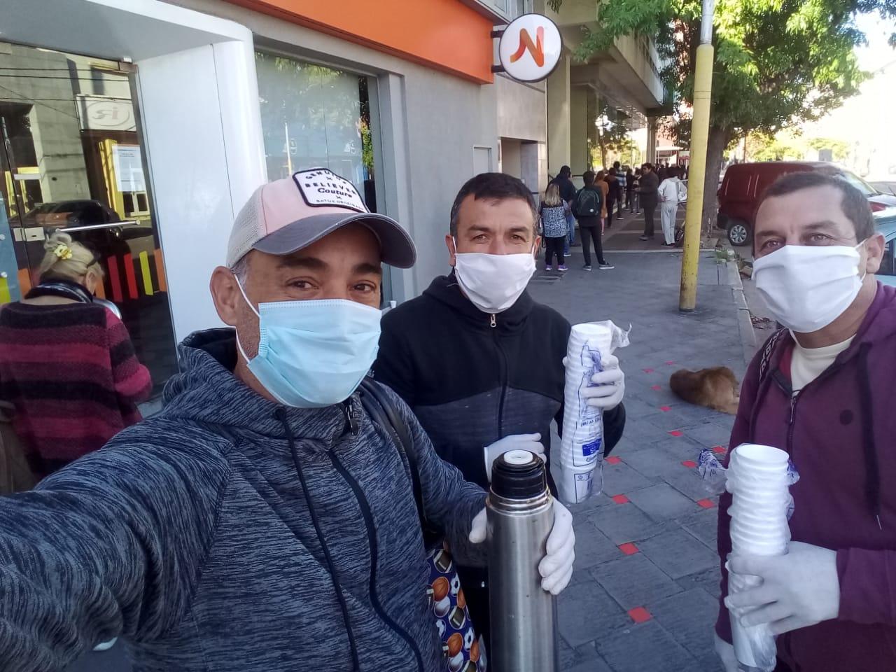 El gesto del día: integrantes de la Liga de Veteranos de Fútbol repartieron café en los bancos