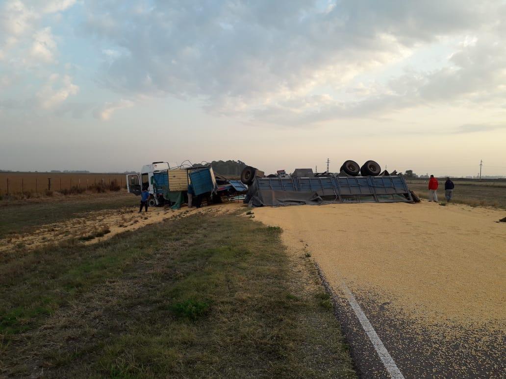 Volcó un camión cargado con maíz en cercanías de Quemú Quemú