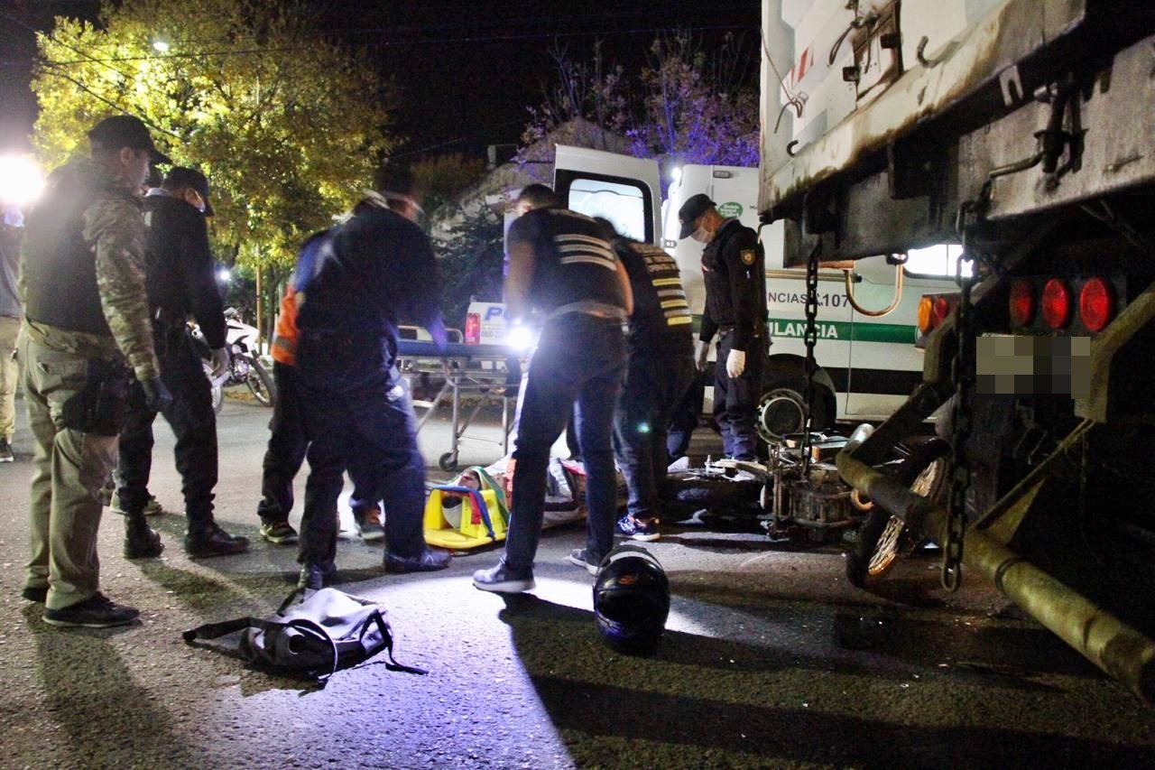 Parte médico del motociclista que chocó contra un camión estacionado: Se encuentra estable y evoluciona favorablemente