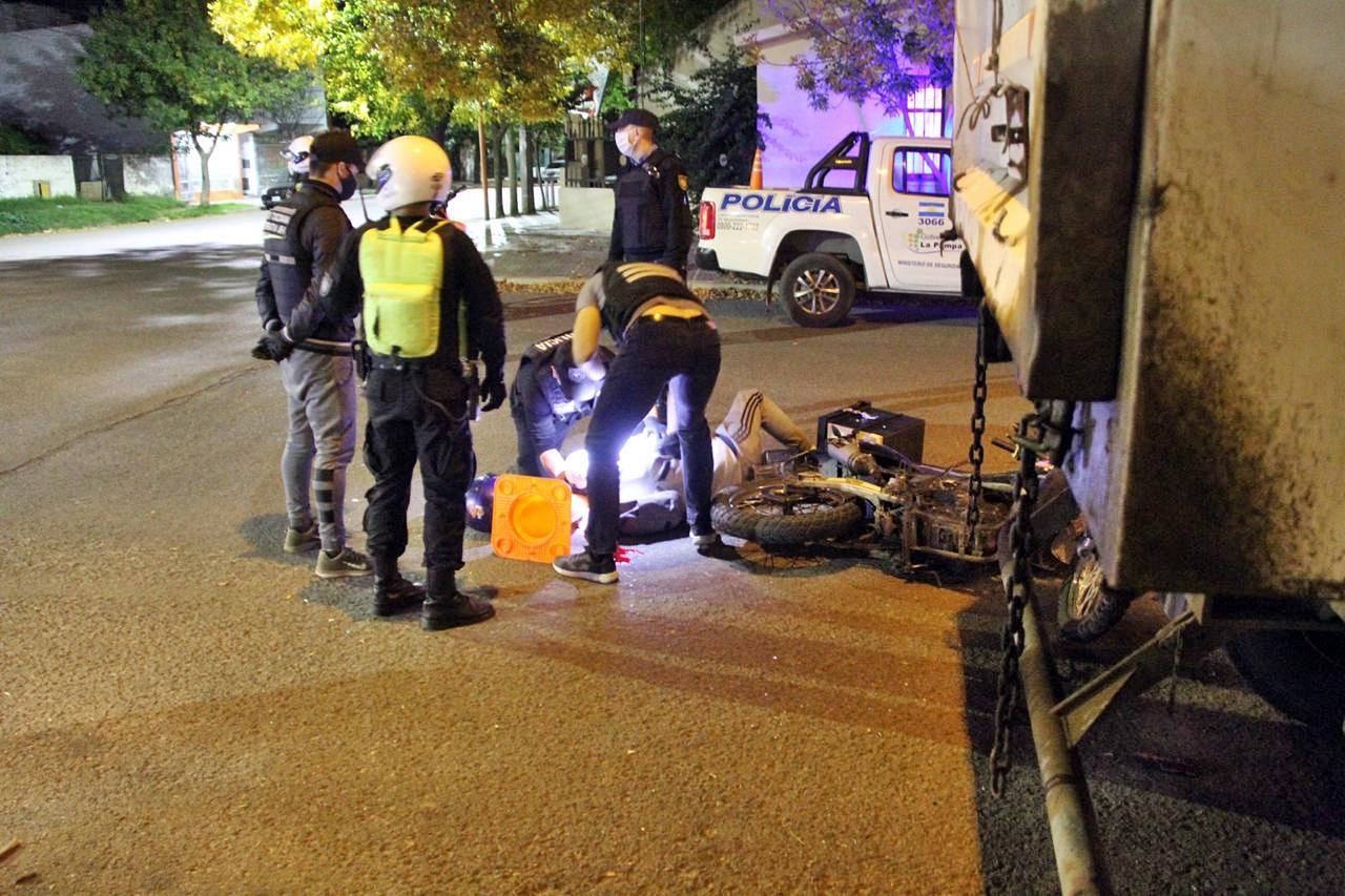 Motociclista accidentado anoche sufrió una lesión en la cabeza, fractura de rodilla y se encuentra internado en Terapia Intensiva