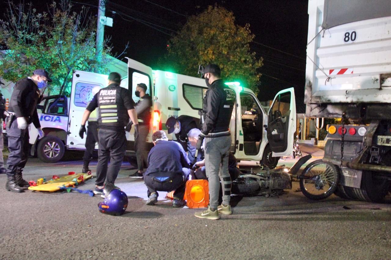 Grave accidente: Un motociclista chocó un camión estacionado