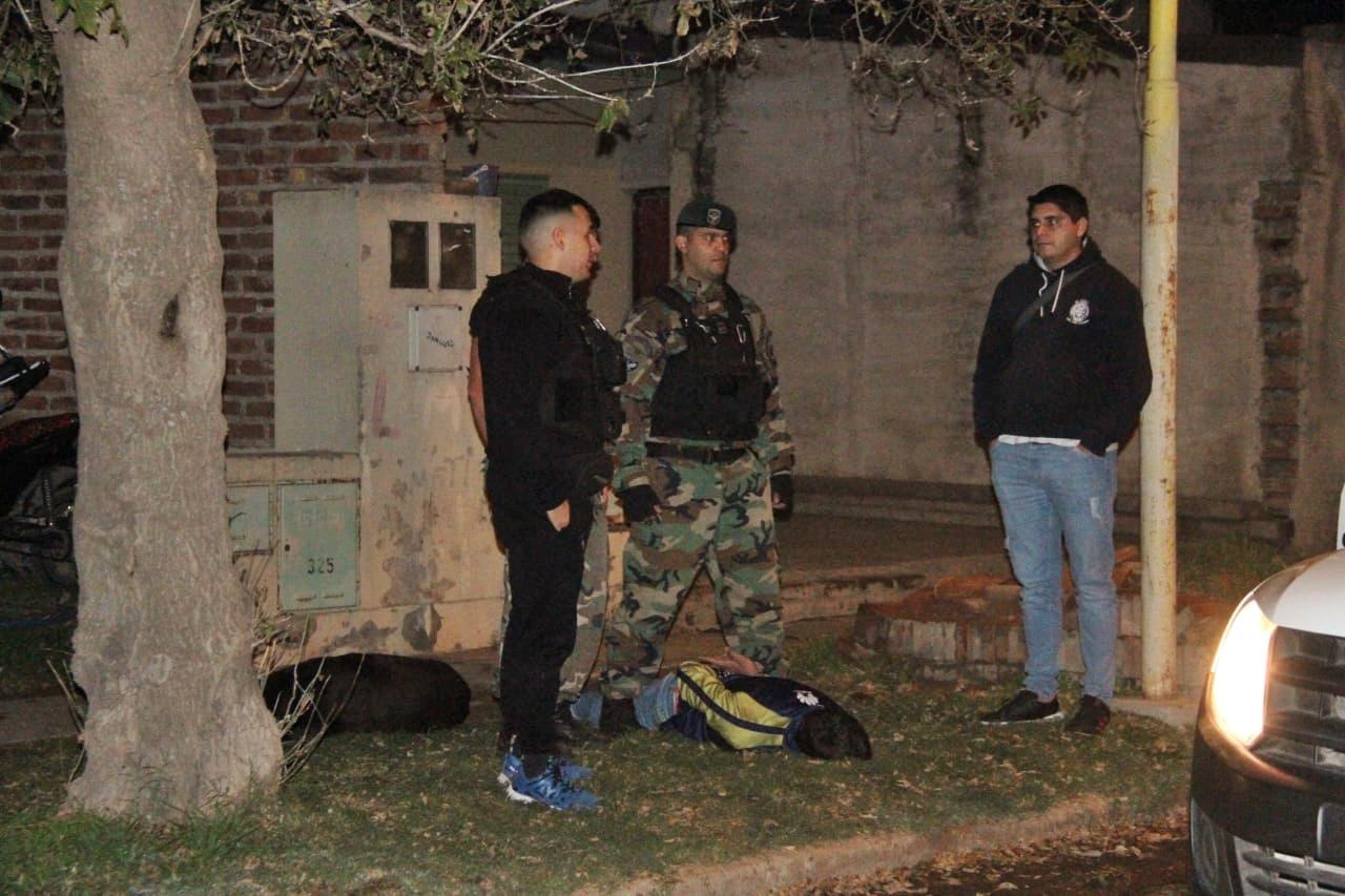 Detienen a una persona que portaba una pistola 9 mm e intentó deshacerse de ella ante la presencia policial