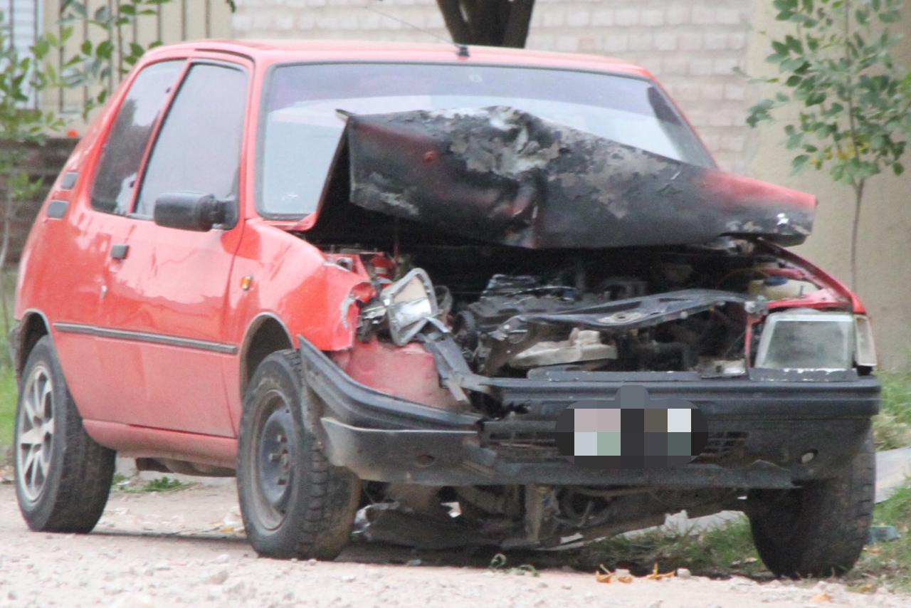 Intentó evadir a la Policía, se dio a la fuga, chocó contra un auto estacionado y luego de que se prenda fuego su propio vehículo fue demorado