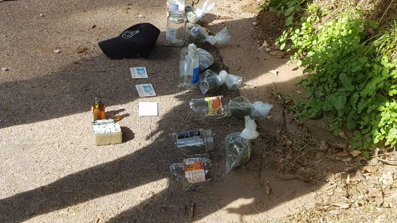 Una pareja fue detenida en un control por llevar droga en el baúl: El conductor se mostró enojado y rompió frascos con marihuana frente a la Policía