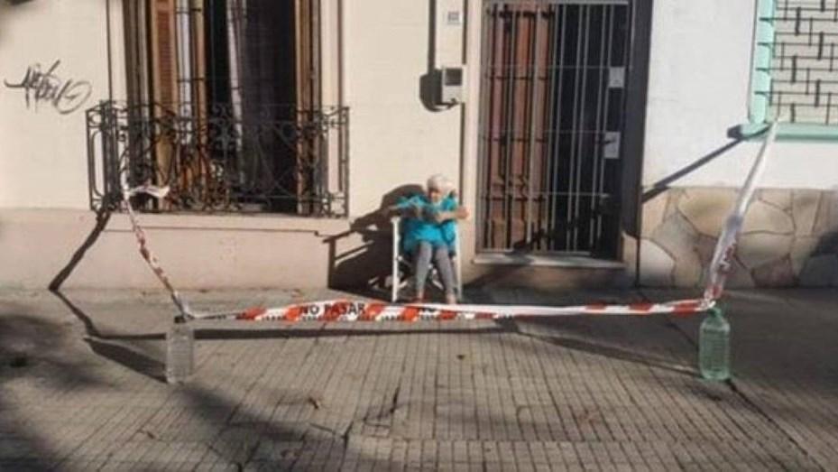 """La abuela que """"cerró"""" su vereda para poder tomar mate en la puerta de su casa en medio de la cuarentena"""