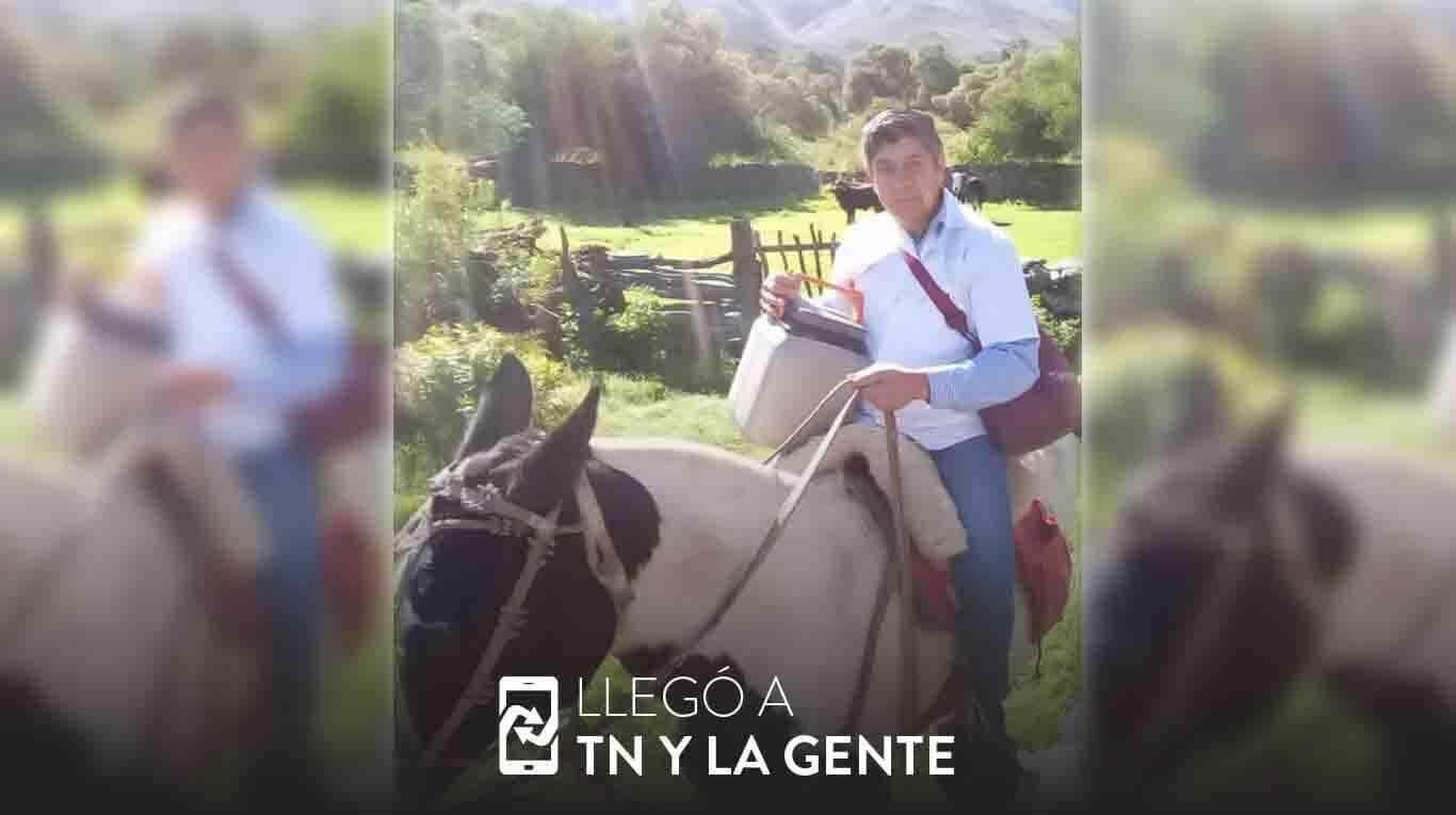 Tiene 61 años, es enfermero y va a caballo a vacunar casa por casa a los vecinos de Traslasierra