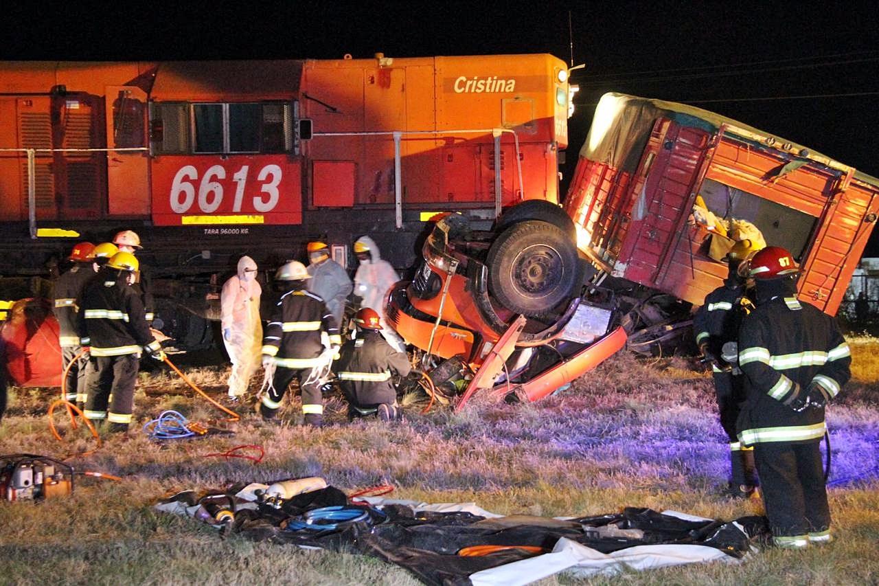 Un tren arrolló y arrastró un camión unos 100 metros: El conductor quedó atrapado