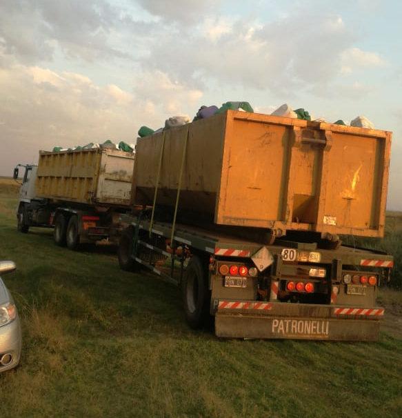 En Metileo sacaron 4.500 bidones vacíos de agroquímicos de campos de la zona