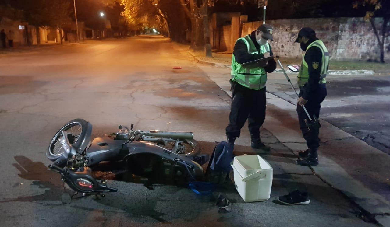 Colisión entre moto y camioneta terminó con un cadete lesionado y hospitalizado