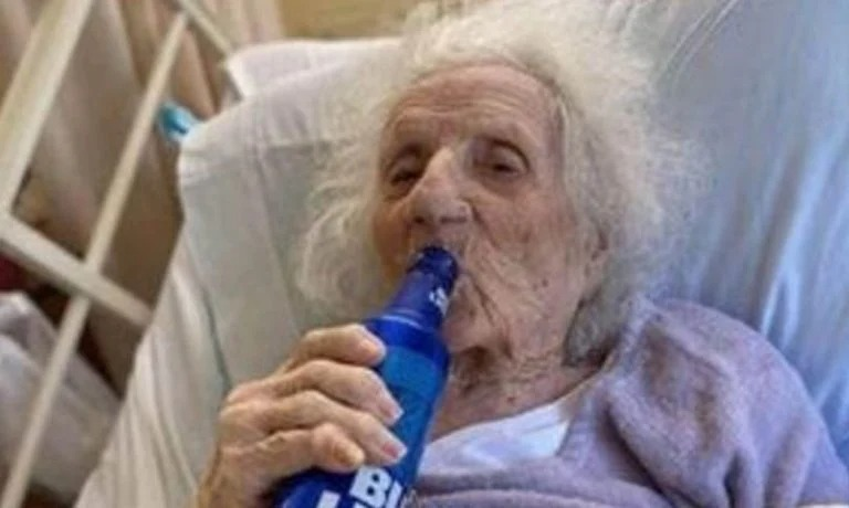 Una abuela de 103 años celebró con una cerveza el vencer al coronavirus