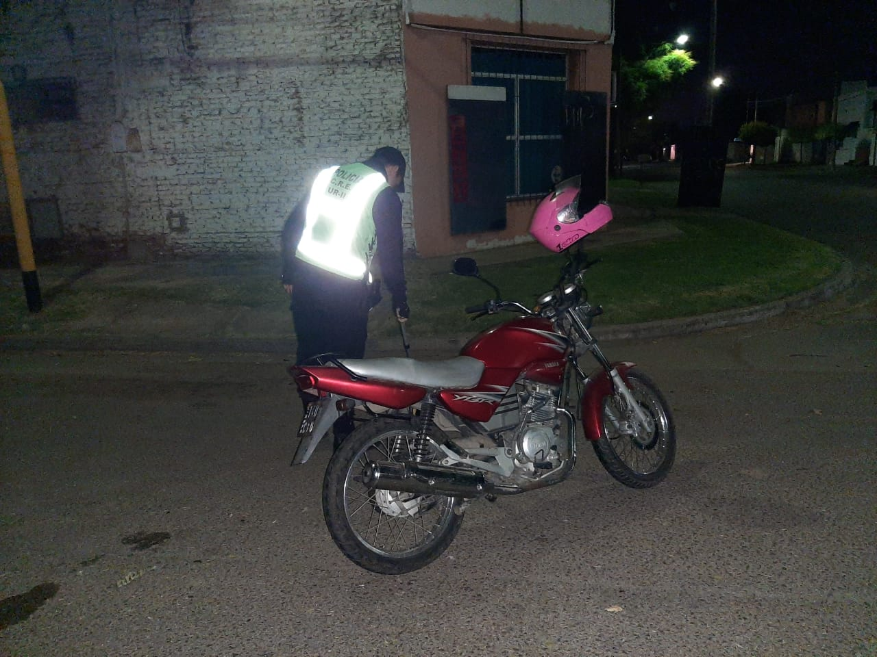 Una mujer cayó de su moto en calle 38 y 13: Fue trasladada al Hospital