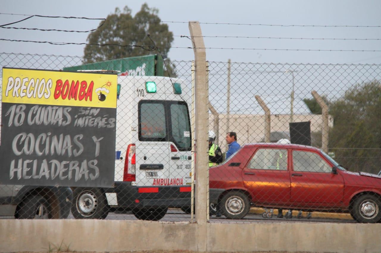 Un Renault 12 se quedó sin frenos y chocó contra una pared en el playón del Chango Más: Una mujer fue trasladada al Hospital