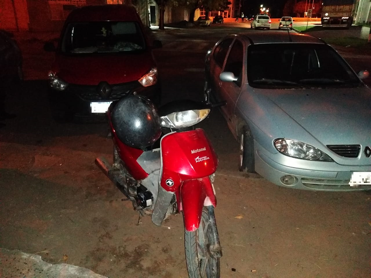 Choque entre camioneta y moto en calle 7 y 120: Una mujer fue hospitalizada