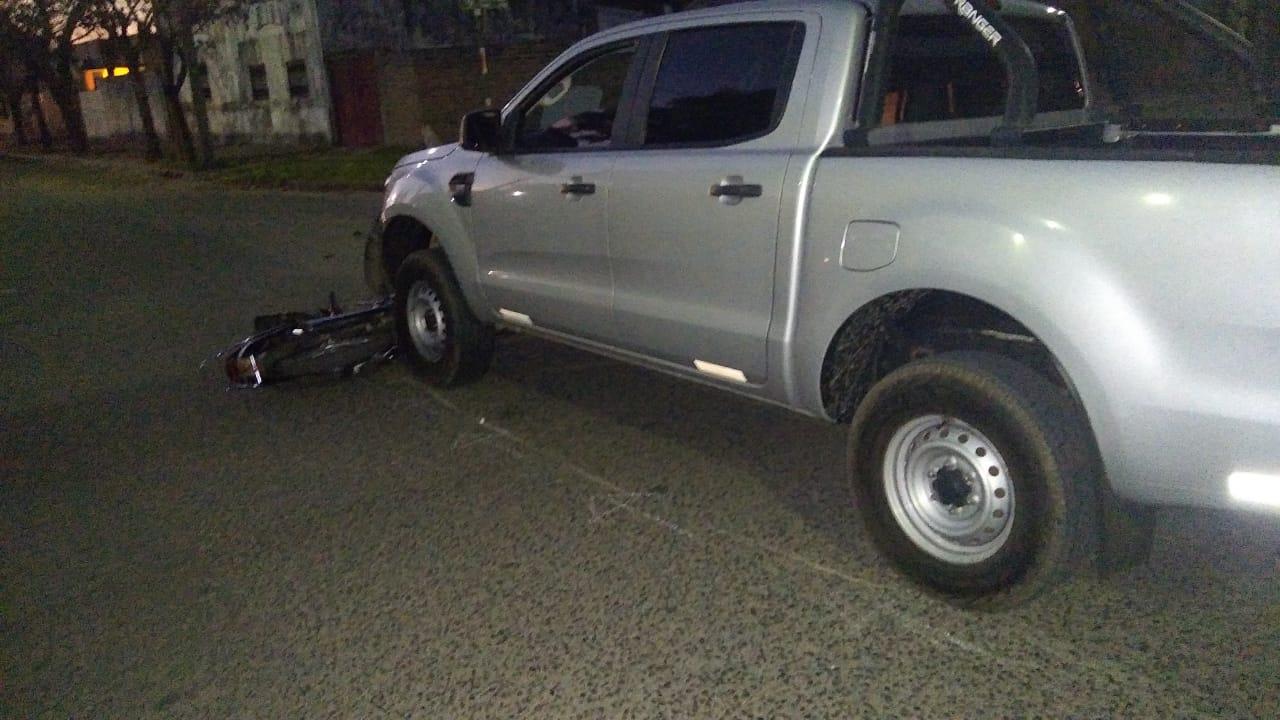 Choque entre camioneta y moto en calle 23 y 26: Una mujer fue hospitalizada