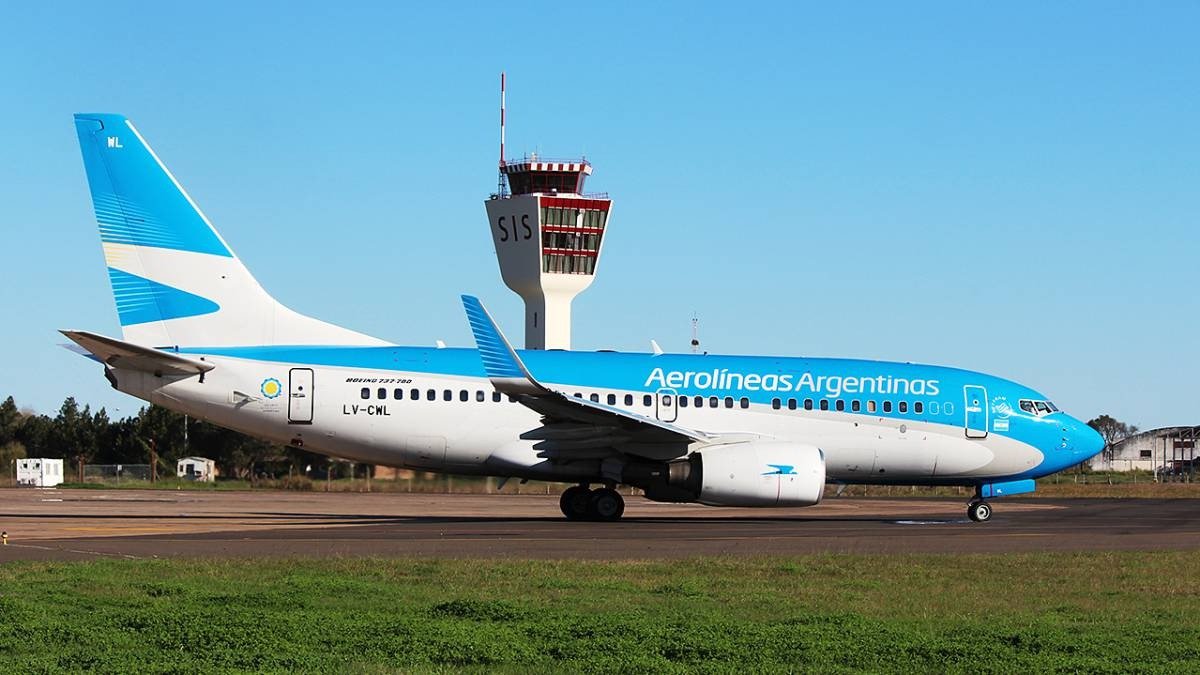 Aerolíneas Argentinas suspenderá a cerca de 7.000 empleados por la prohibición de vuelos en cuarentena