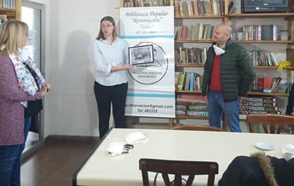 La Biblioteca de Intendente Alvear recibió un presente por el aniversario de la institución
