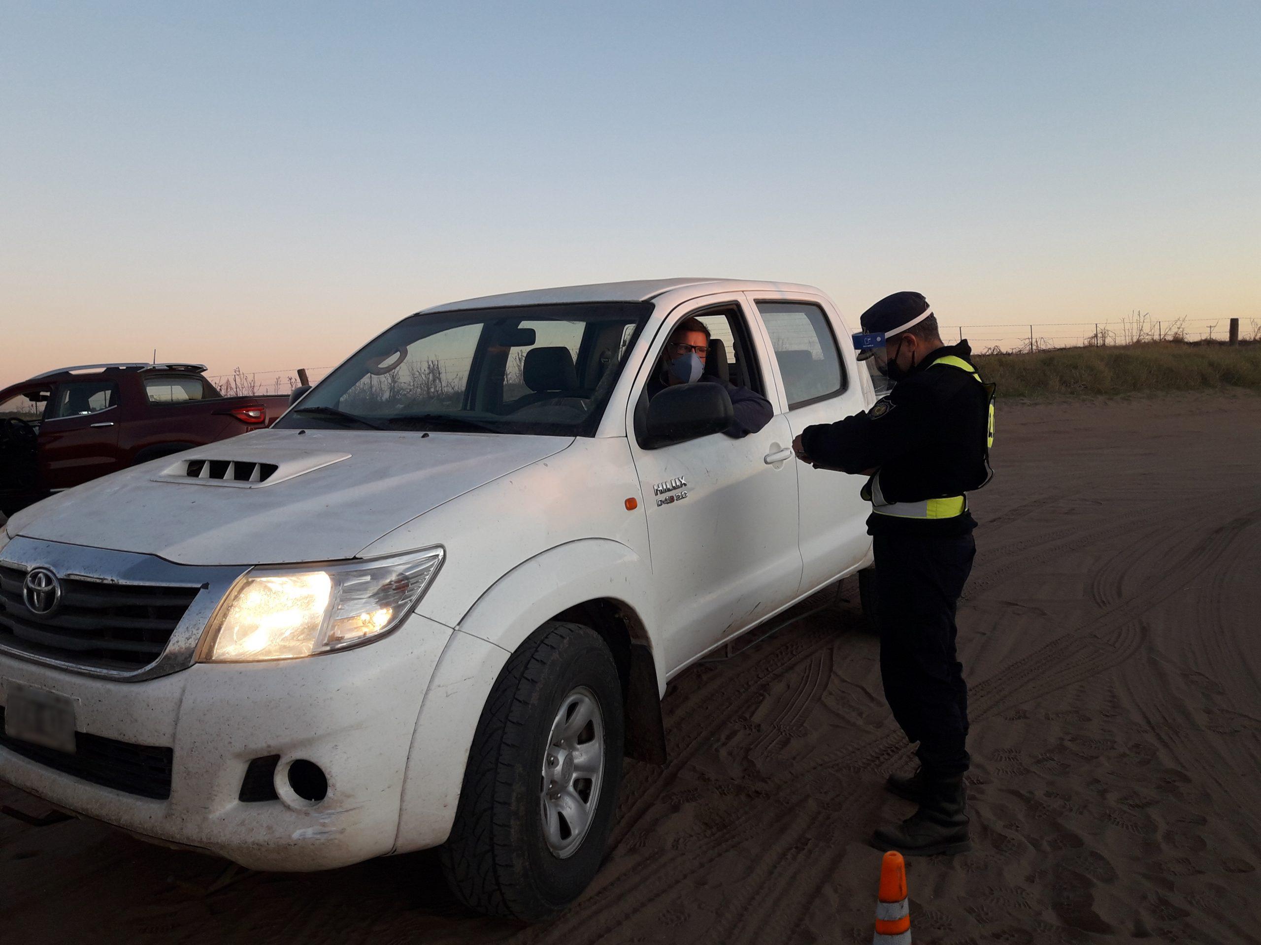 La policía de Hilario Lagos realiza exhaustivos controles en los ingresos a la localidad desde la provincia de Córdoba