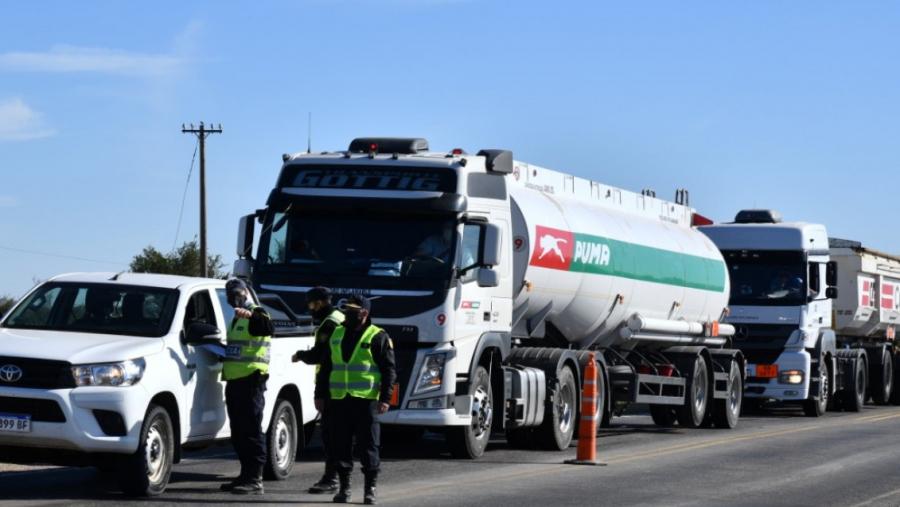 Las fuerzas de seguridad detectaron a tres personas que querían ingresar a La Pampa ocultándose en camiones
